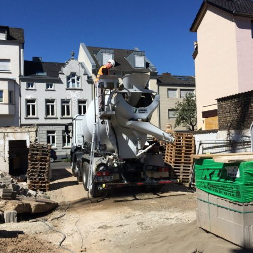 Schlüsselfertiges Mehrfamilienhaus in Bonn: Maurerarbeiten bei großer Hitze